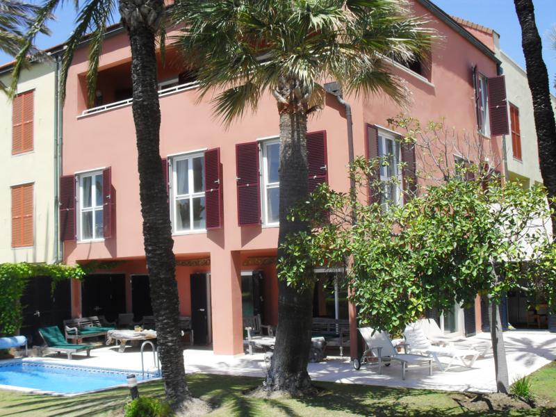 Fantastic duplex apartment with private garden and pool in Sotogrande marina